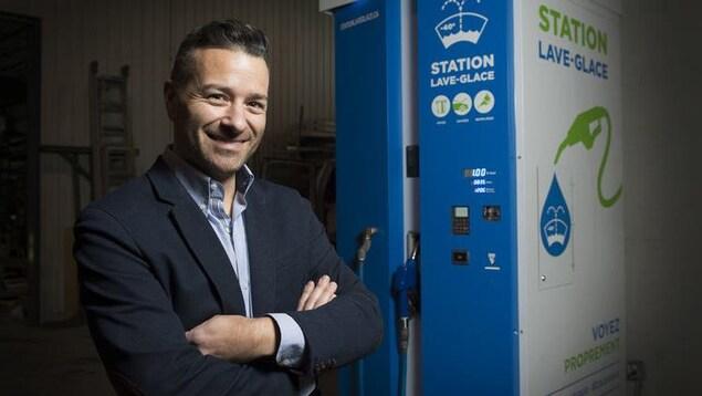 Pierre Néron pose devant la Station Lave-Glace