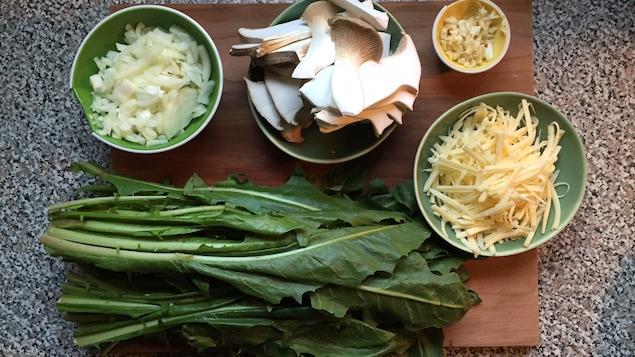 Les ingrédients pour la quiche aux pissenlits et champignons.