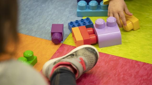 Des enfants jouent avec des jouets.