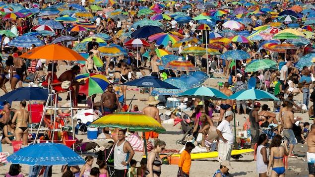Des vacanciers déferlent sur une plage