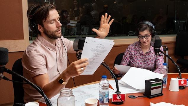 Les deux comédiens gesticulent en lisant leur texte.
