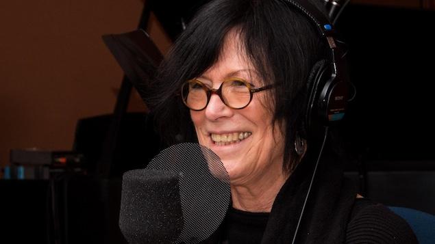 La poète sourit au micro de l'émission