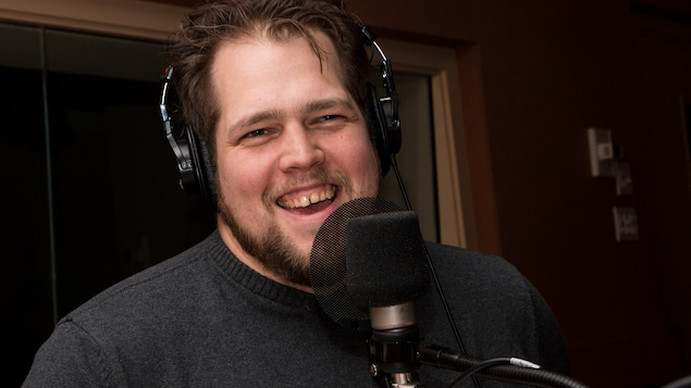 Le comédien offre un sourire franc au micro de l'émission.