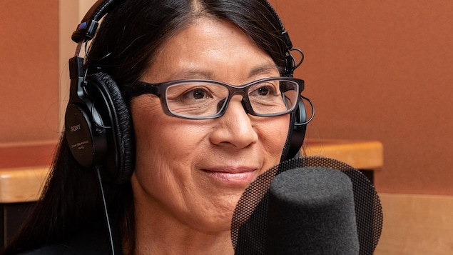 La docteure à lunettes sourit à l'animatrice.