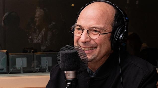 Le musicien aux lunettes rondes sourit à Marie-Louise Arsenault.