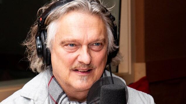 Le comédien à la chevelure argentée sourit à l'animatrice.