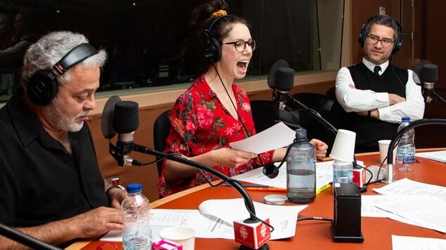 La comédienne semble rugir au micro de l'émission.
