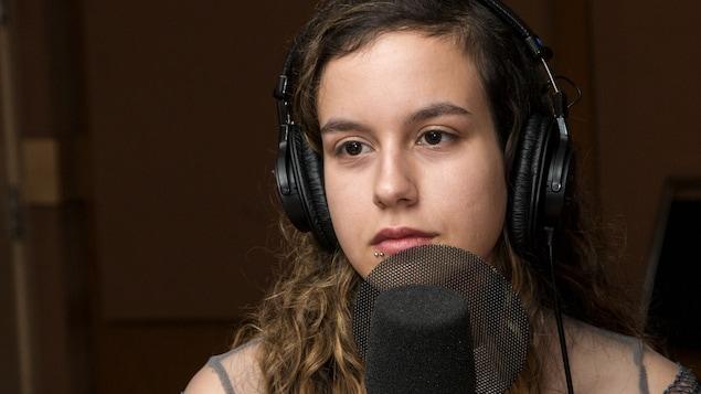 Gros plan de l'auteure Sarah Walou, qui porte un piercing à la lèvre