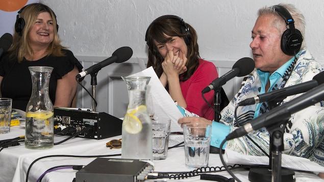 Marie-France Bazzo et Marie-Louise Arsenault éclatent de rire lorsque le poète Jean-Paul Daoust attribue à des politiciens des livres aux titres évocateurs.