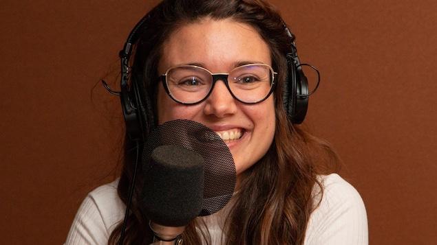 La brune comédienne aux lunettes sourit à l'animatrice.