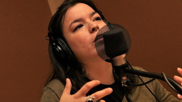 Natasha Kanapé Fontaine parle au micro de Marie-Louise Arsenault.