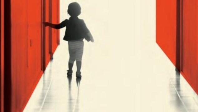Un enfant, de dos, marche.