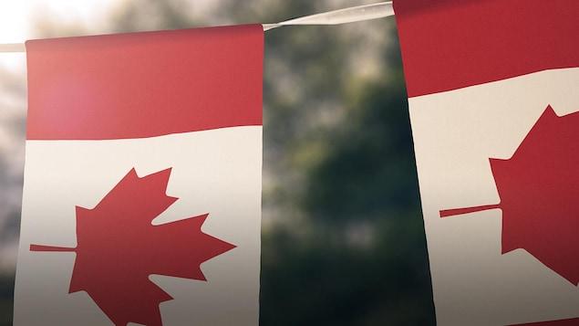 Des drapeaux du Canada ont été suspendus sur une corde