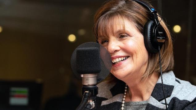 Liza Frulla dans un studio radio.