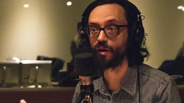 L'auteur-compositeur-interprète Philippe B parle dans un micro.