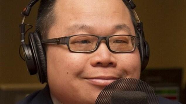Winston Chan est au micro.
