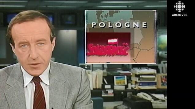 L'animateur Bernard Derome annonce le début des négociations dites de la table ronde en Pologne. Au dessus de son épaule, une mortaise avec une carte de la Pologne et le sigle du syndicat Solidarité en polonais
