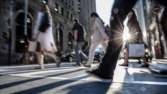 Des piétons traversant une rue