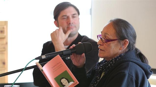 Joséphine Bacon lit un extrait de sa poésie.