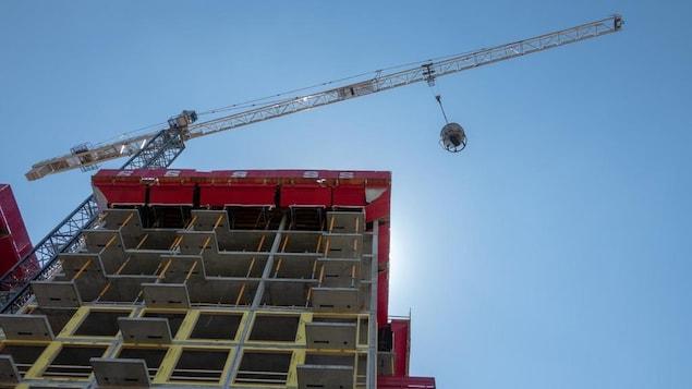 Un immeuble à logements en construction.