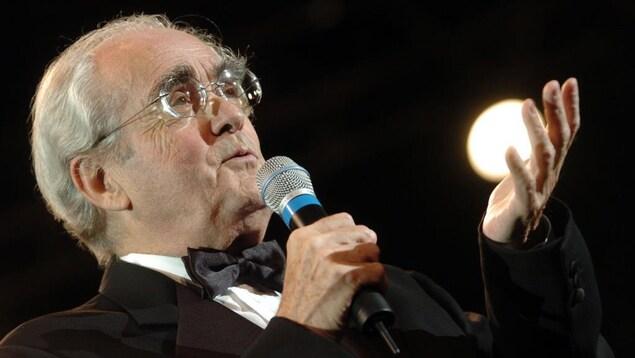 Michel Legrand chante en tuxedo.