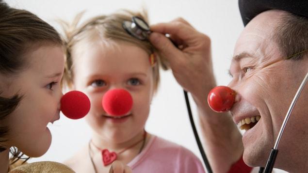 Un clown avec un stéthoscope.