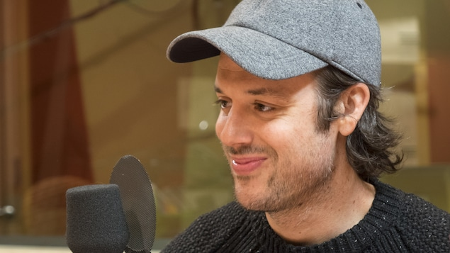 Mickaël Gouin et son petit sourire espiègle, dans les studios de Radio-Canada