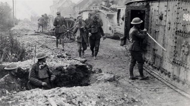 Des soldats canadiens capturent des chars d'assaut et des soldats allemands, en août 1918.