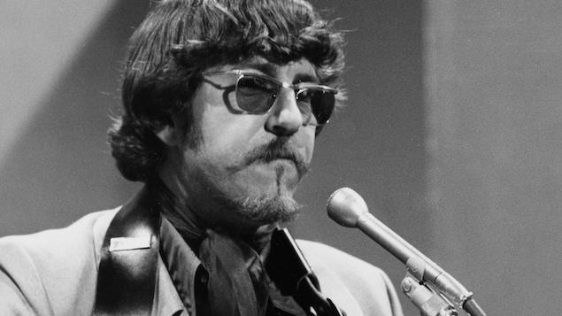 Le chanteur Tex Lecor en prestation.