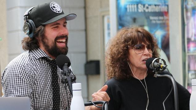 Philippe-Audrey Larrue-St-Jacques et Christiane Charette parlent dans des micros de radio.