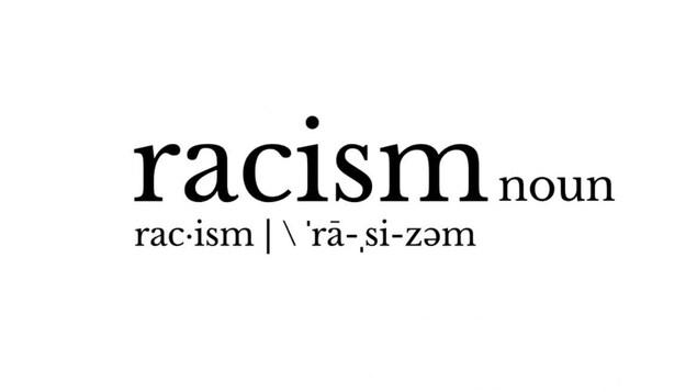 """Gros plan sur le mot """"racism"""" tel qu'écrit dans le dictionnaire Merriam Webster"""