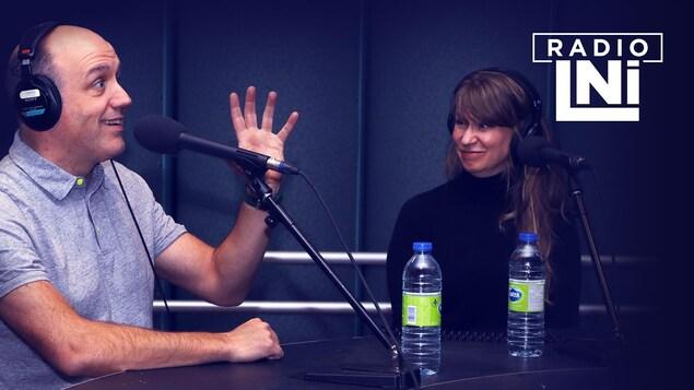 Photo d'Antoine Vézina qui parle dans un micro et Brigitte Soucy qui le regarde.