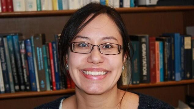 L'astrophysicienne Julie Hlavacek-Larrondo sourit à la caméra.