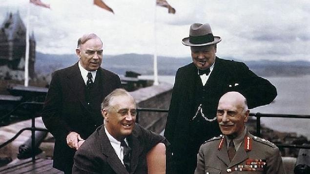 Le premier ministre canadien Mackenzie King, le premier ministre britannique Winston Churchill, le gouverneur général du Canada Alexander Cambridge Earl of Athlone et le président américain Franklin Roosevelt à la conférence de Québec en 1943. En arrière-plan, le Château Frontenac et le fleuve Saint-Laurent.