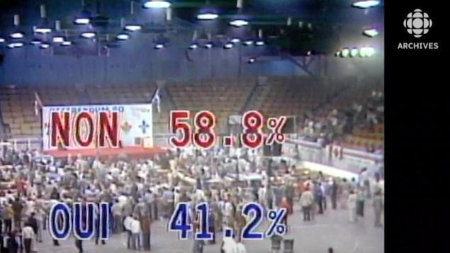 Image du Centre sportif Paul-Sauvé le soir du 20 mai 1980 avec des résultats partiels de 58.8% et de 41.2% affichés pour les options du non et du oui. .