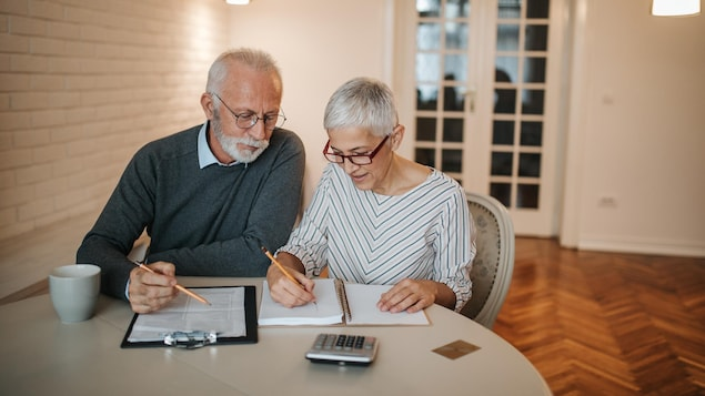 Un couple de retraités examine leurs états financiers.