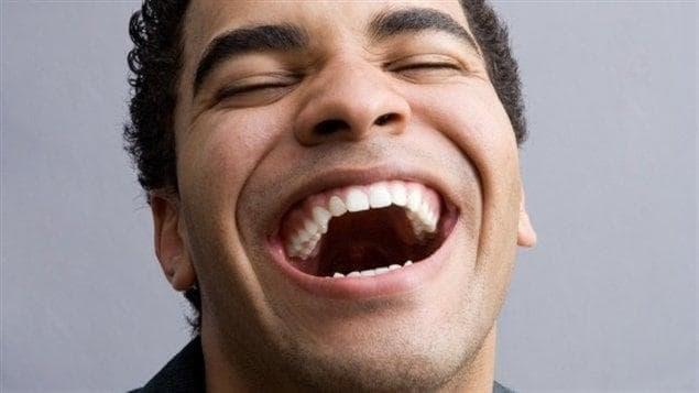 Un jeune adolescent rit.