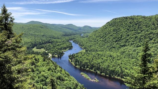 Paysage des sommets et de la rivière Jacques-Cartier en été.