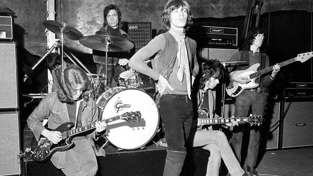 De gauche à droite : le guitariste Mick Taylor, le batteur Charlie Watts, le chanteur Mick Jagger, le guitariste Keith Richards et le bassisite Bill Wyman.