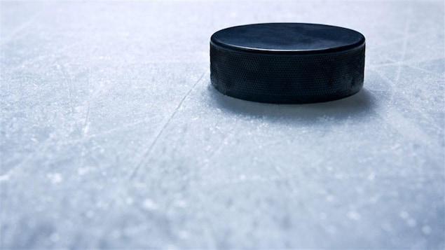 une rondelle de hockey sur la patinoire en gros plan