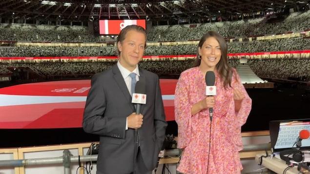 Alexandre Gascon et Roseline Filion sont dans le stade de Tokyo, micros à la main.