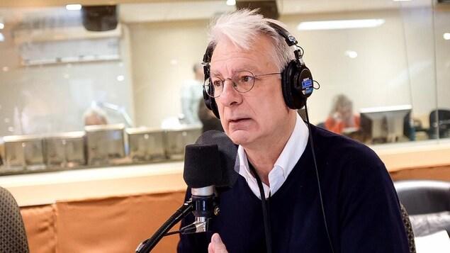 Dominique Bourg au micro de Joël Le Bigot.