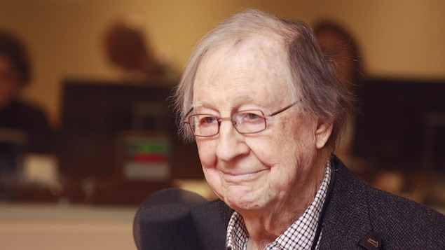 Guy Rocher, 94 ans, souriant au micro du studio 18 de Radio-Canada