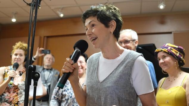 Marie-Christine Trottier, à l'avant-plan, dominant le choeur des chroniqueurs culturels