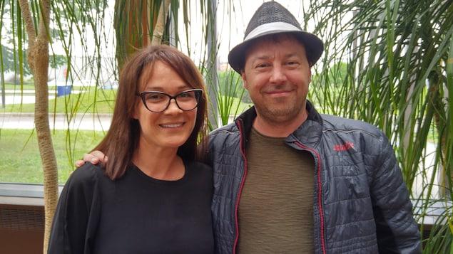Sandrine Bisson et François Chénier devant des plantes