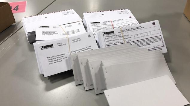 Des enveloppes qui accueillent les bulletins de vote postaux.