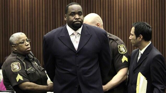 L'ex-maire de Détroit, Kwame Kilpatrick menotté.