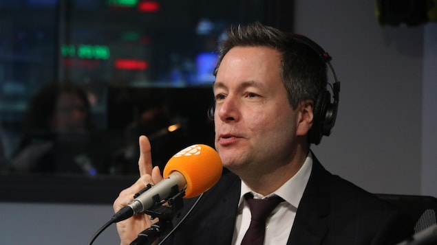 Sébastien Bovet en studio radio à Québec .