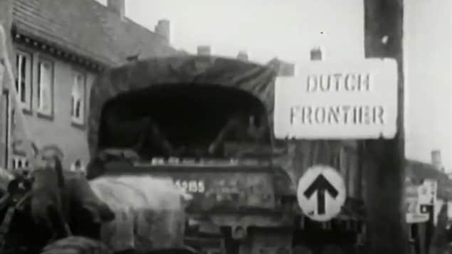 Un convoi de soldats canadiens traverse la frontière des Pays-Bas.