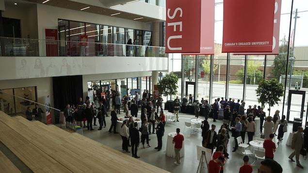 Le hall d'entrée d'un bâtiment de l'Université Simon Fraser.